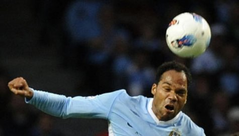 Lescott Waspadai Aksi Diving Young