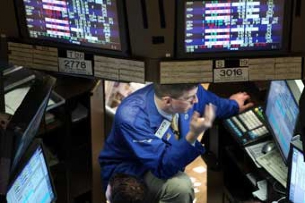Seorang pialang di Bursa Efek New York Wall Street (23/12). Perdagangan saham turun 60 poin. Foto: Spencer Platt/Getty Images/AFP