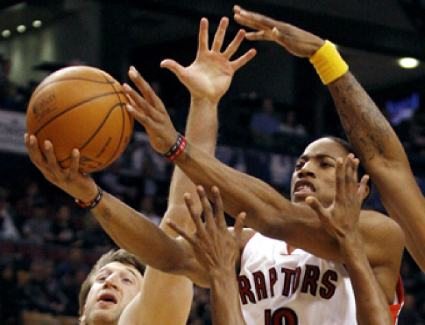 Pemain Toronto Raptors DeMar DeRozan berusaha melakukan drive ke keranjang Indiana Pacers, dalam pertandingan basket NBA di Toronto, Kanada (25/11). Raptors menang 123-112. REUTERS/Mark Blinch