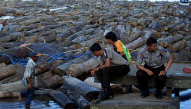 Police seize evidence of illegal logging in Mahakam river, East Kalimantan (5/20). Tempo/FIRMAN HIDAYAT