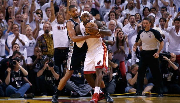Pebasket San Antonio Spurs Tim Duncan (21) melakukan pelanggaran kepada pebasket Miami Heat LeBron James dalam Game ketujuh final NBA di Miami, Florida, Kamis (20/6). REUTERS/Mike Segar