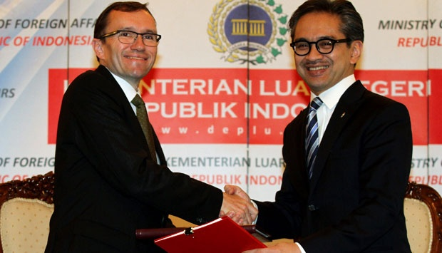 Marty Natalegawa, Foreign Minister (right) shake hand with Norwegian Foreign Minister Espen Barth Eide after siging MoU on the establishment of a joint commission to bilateral cooperation RI-Norwegia, Jakarta on Wednesday (3/7). ANTARA/M Agung Rajasa