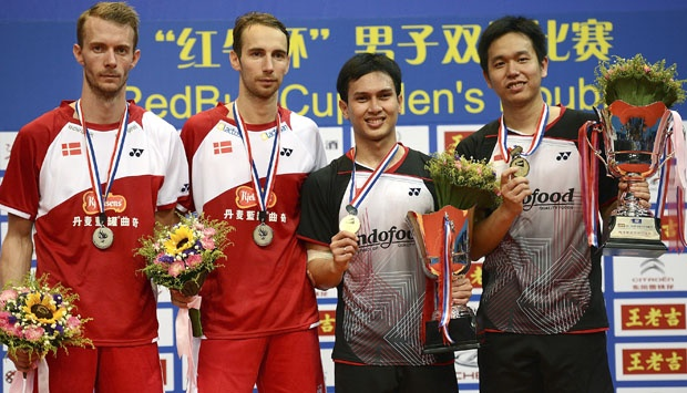 Pasangan Ganda Putra Indonesia Mohammad Ahsan dan Hendra Setiawan berpose bersama pasangan ganda putra Denmark Mathias Boe dan Carsten Mogensen usai bertanding di Final Kejuaraan Bulutangkis Dunia di China, (11/8). (AP Photo) CHINA OUT