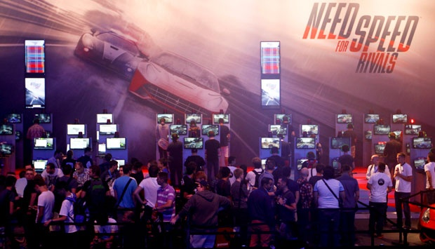 Para pengunjung memainkan game Need for Speed Rivals dalam acara Gamescom 2013 di Cologne, Jerman (21/8). REUTERS/Ina Fassbender