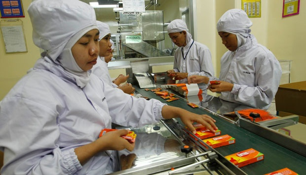 Workers of PT Kalbe Farma factory sort out medicine tablets in Cikarang, Indonesia West Java province. REUTERS/Enny Nuraheni