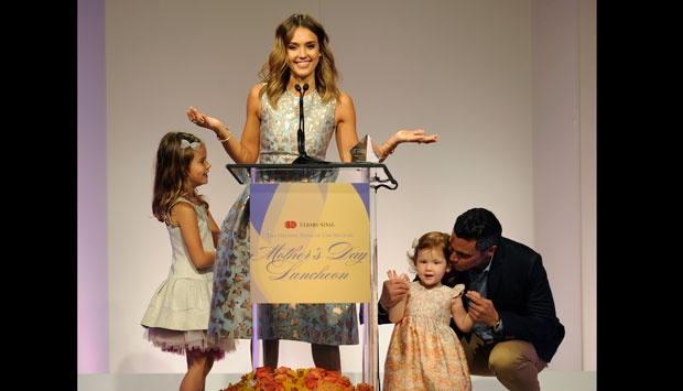 Jessica Alba dibantu suaminya Cash Warren (kanan) mengarahkan putri mereka Honor Marie (kiri) dan Haven Garner (kanan) dalam acara the 85th Helping Hand of Los Angeles Mother's Day Luncheon, di Beverly Hills, California (9/5). (Chris Pizzello/AP)