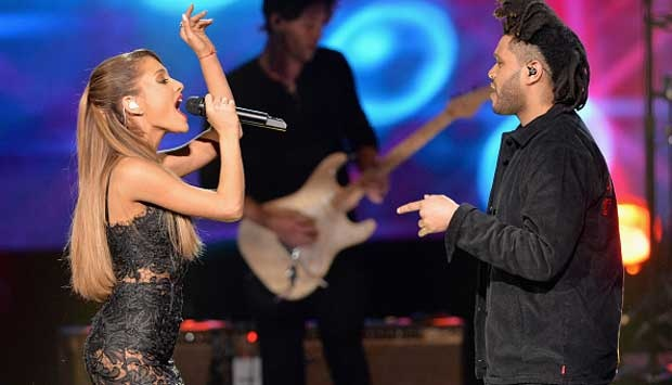 Ariana Grande dan The Weeknd tampil dalam American Music Awards 2014 di Nokia Theatre L.A. Live, Ahad 23 November 2014, di Los Angeles, Amerika Serikat. Michael Tran/FilmMagic