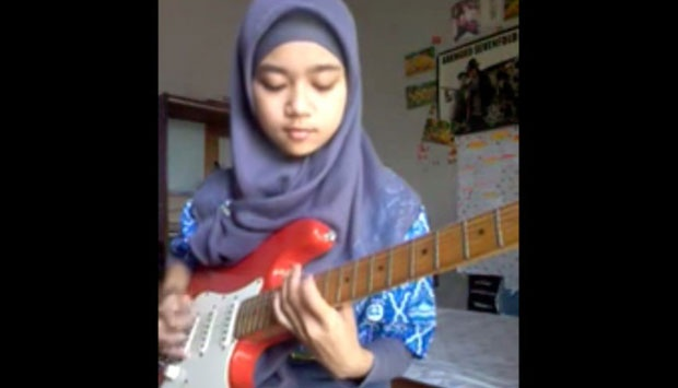 Meliani Siti Sumartini, gitaris metal berjilbab. (Youtube)