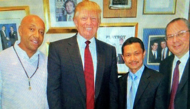 Muhammad Shamsi Ali, (kanan kedua) seorang imam di Islamic Center of New York berfoto bersama Donald John Trump. facebook.com