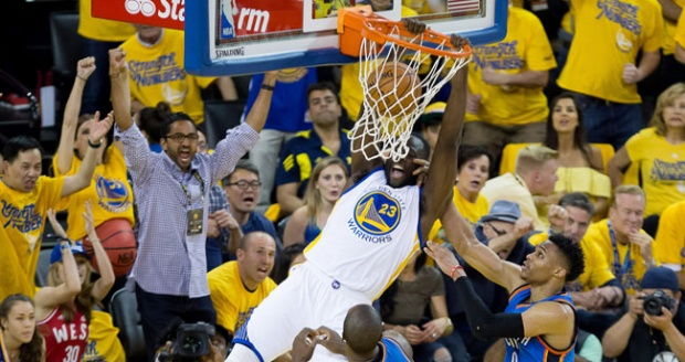 Forward Golden State Warriors Draymond Green, melakukan dunks saat melawan Oklahoma City Thunder pada game ke-7 final wilayah barat di Oracle Arena, 30 Mei 2016. REUTERS/Kelley L Cox-USA TODAY Sports