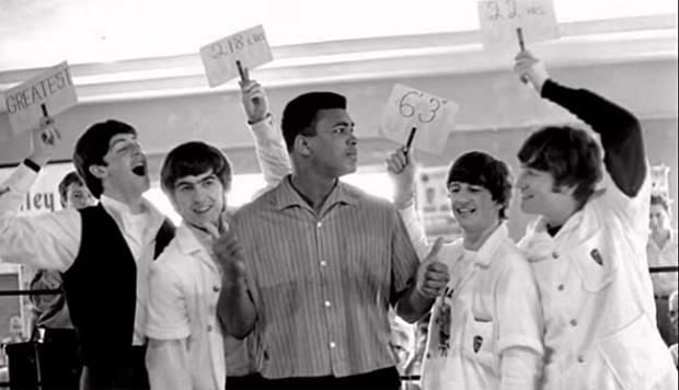 Petinju legendaris Muhammad Ali bergaya bersama anggota grup band asal Inggris Beatles, Paul McCartney, John Lennon, George Harrison, dan Ringo Starr di Miami Beach, Florida, 18 Februari 1964. youtube.com