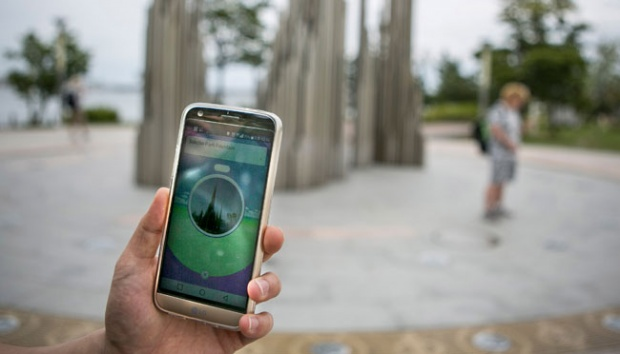 Ilustrasi bermain Pokemon Go. Getty Images