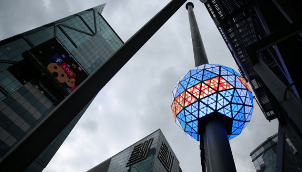 Bola Kristal raksasa New Year Eve Ball yang berada di atas puncak One Times Square diuji in Manhattan, New York City, AS, 30 Desember 2016. Bola ini akan dijatuhkan pada detik-detik perayaan Tahun Baru 2017. REUTERS/Stephen Yang