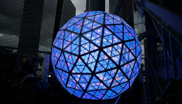 Bola Kristal raksasa New Year Eve Ball dihiasi lampu berwarna warni saat diuji in Manhattan, New York City, AS, 30 Desember 2016. REUTERS/Stephen Yang
