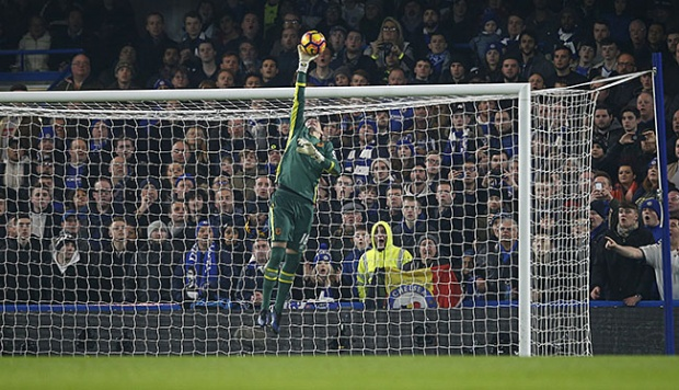 Penjaga gawang Hull City, Eldin Jakupovic melakukan penyelamatan dalam lanjutan Liga Primer Inggris di kandang Chelsea di London, 23 Januari 2017. Action Images via Reuters/Andrew Couldridge