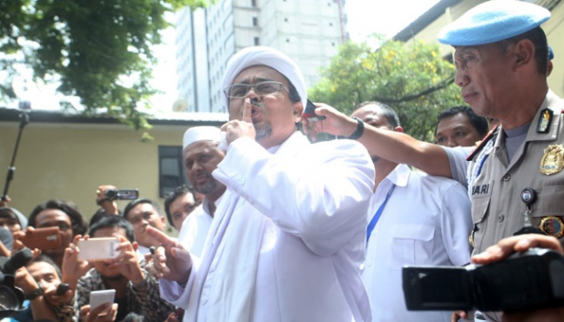 The leader of the hardline Islamic Defenders Front (FPI), Rizieq Shihab, gestures to the media upon his arrival at Jakarta Police headquarters in Jakarta, February 1, 2017. Tempo/Dian Triyuli Handoko