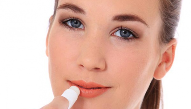 Tips Makeup Ringan Kala Liburan, Pilih Lip Balm dan BB Cream