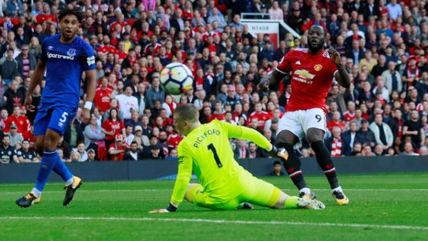 Penyerang Manchester United Romelu Lukaku, gagal mencetak gol ke gawang Everton pada pertandingan Liga Inggris di Old Trafford, Manchester, 17 September 2017.  Action Images via Reuters/Jason Cairnduff