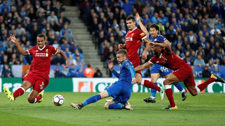 Pemain Leicester City, Jamie Vardy (tengah) mencetak gol ke gawang Liverpool dalam lanjutan Liga Primer Inggris di Stadion King Power, Leicester, 23 September 2017. Action Images via Reuters/John Sibley