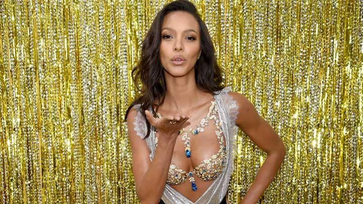 Model Victoria Secret, Lais Ribeiro memperkenalkan Champagne Nights Fantasy Bra 2017 di New York City, 1 November 2017. Fashion show Victoria's Secret akan berlangsung di Shanghai, China, pada 20 November 2017. Dimitrios Kambouris/Getty Images for Victoria's Secret/AFP