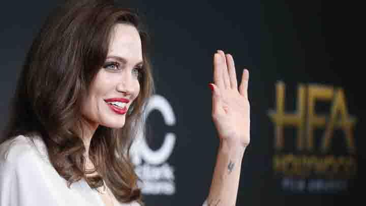 Aktris cantik Angelina Jolie berpose saat menghadiri Hollywood Film Awards di Beverly Hills, AS, 5 November 2017. REUTERS/Danny Moloshok