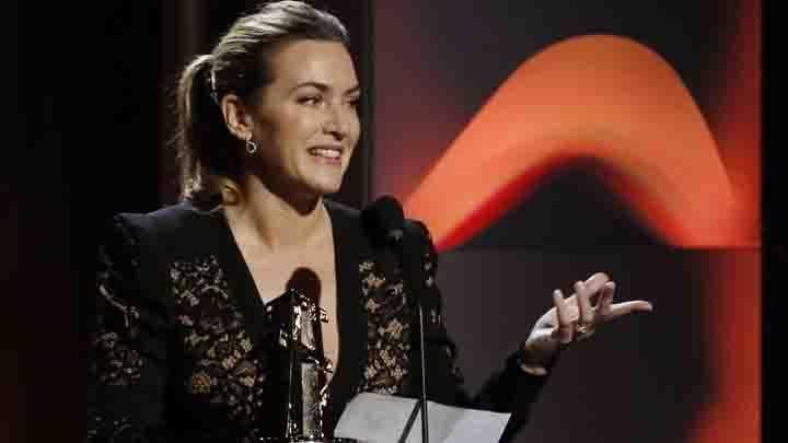 Aktris Kate Winslet meraih penghargaan saat menghadiri Hollywood Film Awards di Beverly Hills, AS, 5 November 2017. REUTERS/Mario Anzuoni