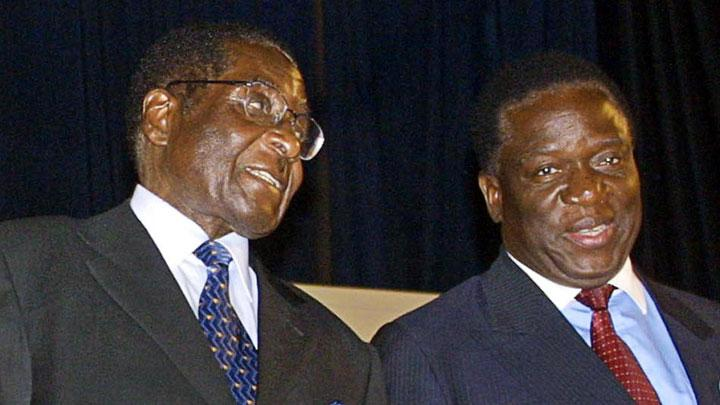 Robert Mugabe (kiri) dan Emmerson Mnangagwa. AFP PHOTO/STR / AFP PHOTO / STR
