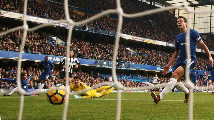 Pemain Newcastle United Dwight Gayle, mencetak gol ke gawang Chelsea pada pertandingan Liga Inggris di Stamford Bridge, London, 2 Desember 2017. Action Images via Reuters/Paul Childs
