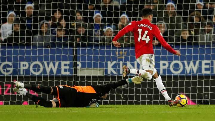 Gelandang Manchester United Jesse Lingard, mengecoh kiper Leicester City Kasper Schmeichel pada pertandingan Liga Inggris di King Power Stadium, Leicester, 23 Desember 2017. Action Images via Reuters/Andrew Boyers