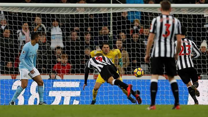 Penyerang Newcastle United Dwight Gayle, melakukan sundulan ke gawang Manchester City pada pertandingan Liga Inggris di St James' Park, Newcastle, 28 Desember 2017. Action Images via Reuters/Lee Smith