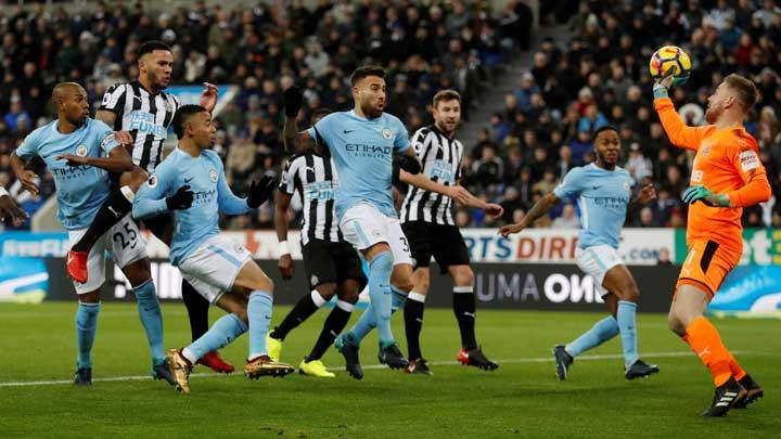 Kiper Newcastle United Robert Elliot, menepis sundulan penyerang Manchester City Sergio Aguero pada pertandingan Liga Inggris di St James' Park, Newcastle, 28 Desember 2017. Action Images via Reuters/Lee Smith