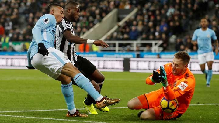 Kiper Newcastle United Robert Elliot, menyelamatkan gawangya dari serangan penyerang Manchester City Gabriel Jesus pada pertandingan Liga Inggris di St James' Park, Newcastle, 28 Desember 2017. Action Images via Reuters/Lee Smith