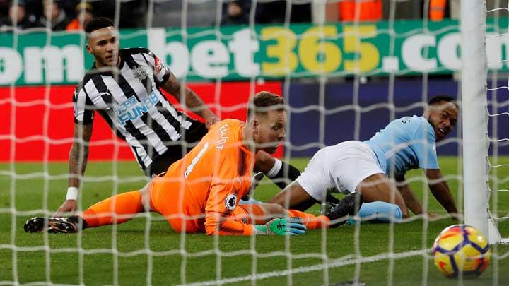 Gelandang Manchester City Raheem Sterling, mencetak gol ke gawang Newcastle United pada pertandingan Liga Inggris di St James' Park, Newcastle, 28 Desember 2017. Manchester City kalahkan Newcastle United 1-0. Action Images via Reuters/Lee Smith