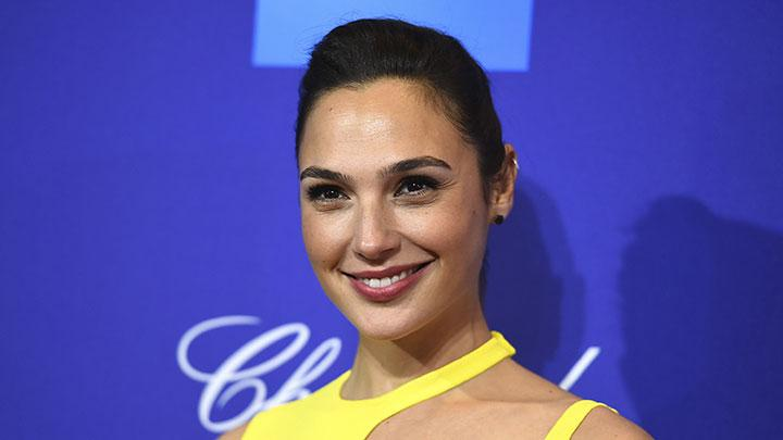 Gal Gadot berpose di Festival Film Internasional Palm Springs ke-29 di Palm Springs, California, 2 Januari 2018. Aktris yang melejit dengan perannya sebagai superhero Wonderwoman tampil cantik dalam acara ini. AP
