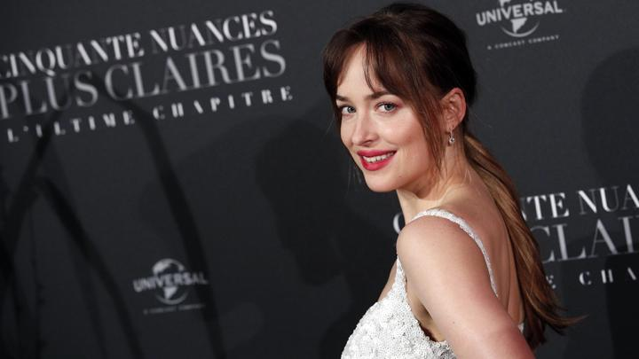 Aktris utama Dakota Johnson berpose dalam penayangan perdana film terbarunya, Fifty Shades Freed di Salle Pleyel di Paris, Perancis, 6 Februari 2018. Fifty Shades Freed disutradarai oleh James Foley dan ditulis oleh Niall Leonard. AP Photo