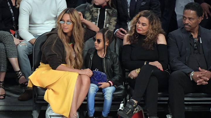 Musisi Beyonce bersama putrinya Blue Ivy dan ibunya Tina Knowles saat menghadiri pertandingan NBA All-Stars 2018 antara tim LeBron James melawan Tim Stephen Curry di Los Angeles, AS, 18 Februari 2018. REUTERS