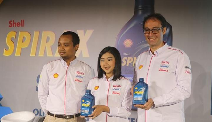 Shell B2C Lubricants Technical Manager Indonesia Shofwatuzzaki (kiri), Senior Marketing Manager PT Shell Indonesia Mutiarini (tengah), VP Marketing Technical Manager Indonesia Mario Viargengo (kanan) dalam peluncuran pelumas transmisi khusus mobil otomatis, Shell Spirax S5 ATF X di Jakarta, Selasa, 20 Maret 2018. Dok. Shell.