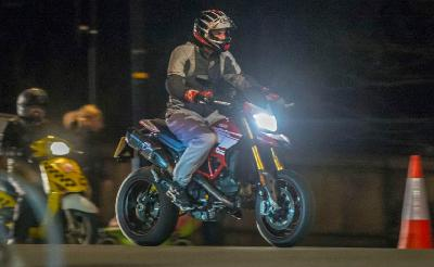 Gaya Pangeran William Riding Malam Naik Ducati Hypermotard