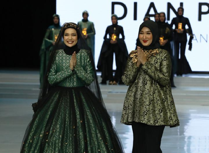 Fashion Show 8 desainer dan Wardah di Indonesia Fashion Week 2018. Tabloidbintang.com