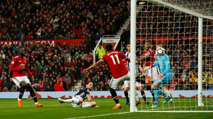 Pemain West Bromwich Albion, Jay Rodriguez, mencetak gol ke gawang Manchester United alam pertandingan Liga Inggris di Old Trafford, Manchester, 15 April 2018.  Action Images via Reuters/Jason Cairnduff