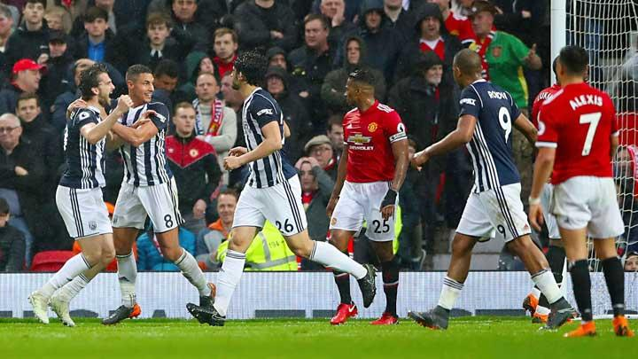 Pemain West Bromwich Albion, Jay Rodriguez, melakukan selebrasi setelah mencetak gol ke gawang Manchester United alam pertandingan Liga Inggris di Old Trafford, Manchester, 15 April 2018.  (Nick Potts/PA via AP)