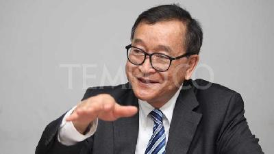 Cambodian Opposition Figure Sam Rainsy Lands in Malaysia