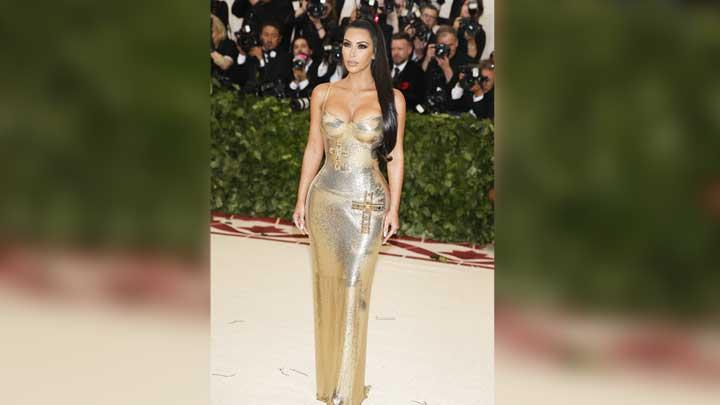 Kim Kardashian, berpose saat menghadiri acara pembukaan Heavenly Bodies: Fashion and the Catholic Imagination  di The Metropolitan Museum of Art's Costume Institute New York, 8 Mei 2018. REUTERS/Carlo Allegri