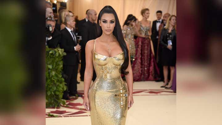 Kim Kardashian, berpose saat menghadiri acara pembukaan Heavenly Bodies: Fashion and the Catholic Imagination  di The Metropolitan Museum of Art's Costume Institute New York, 8 Mei 2018. Evan Agostini/Invision/AP