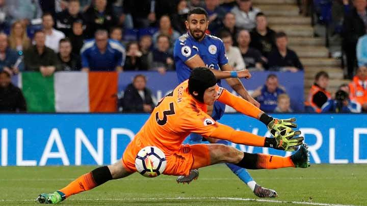 Pemain Leicester City, Riyad Mahrez, mencetak gol ketiga ke gawang Arsenal yang dikawal Petr Cech dalam pertandingan Liga Inggris di Stadion  King Power, Leicester, 10 Mei 2018. Leicester City kalahkan Arsenal 3-1. Action Images via Reuters/Carl Recine