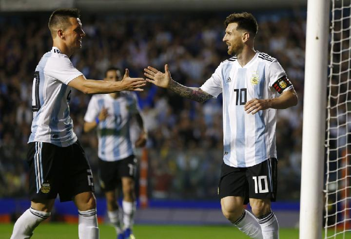 Pemain Argentina Giovanni Lo Celso dan Lionel Messi. (AP Photo/Natacha Pisarenko)