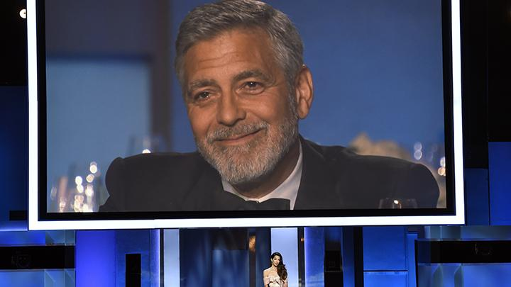 Reaksi George Clooney saat mendengar pidato yang dibacakan istrinya, Amal, dalam acara AFI Life Achievement Award Ke-46 di Los Angeles, Kamis, 7 Juni 2018. AP/Chris Pizzello