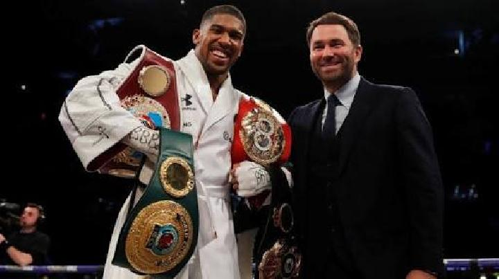 Anthony Joshua dan promotor ya, Eddie Hearn. (ANDREW COULDRIDGE/REUTERS)