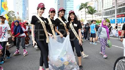 Aksi Finalis Miss Grand Indonesia Pungut Sampah Car Free Day