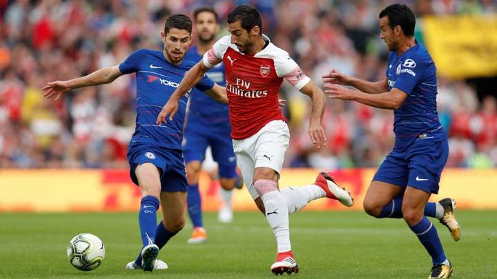 Pemain Chelsea, Jorginho, berusaha menghentikan laju gelandang Arsenal, Henrikh Mkhitaryan, dalam pertandingan International Champions Cup di Stadion Aviva, Dublin, Irlandia, 2 Agustus 2018. Action Images via Reuters/Paul Childs